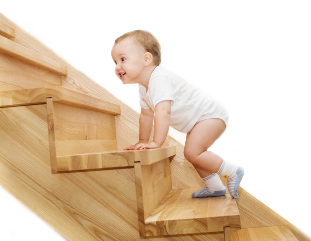 houten trap waar baby op loopt